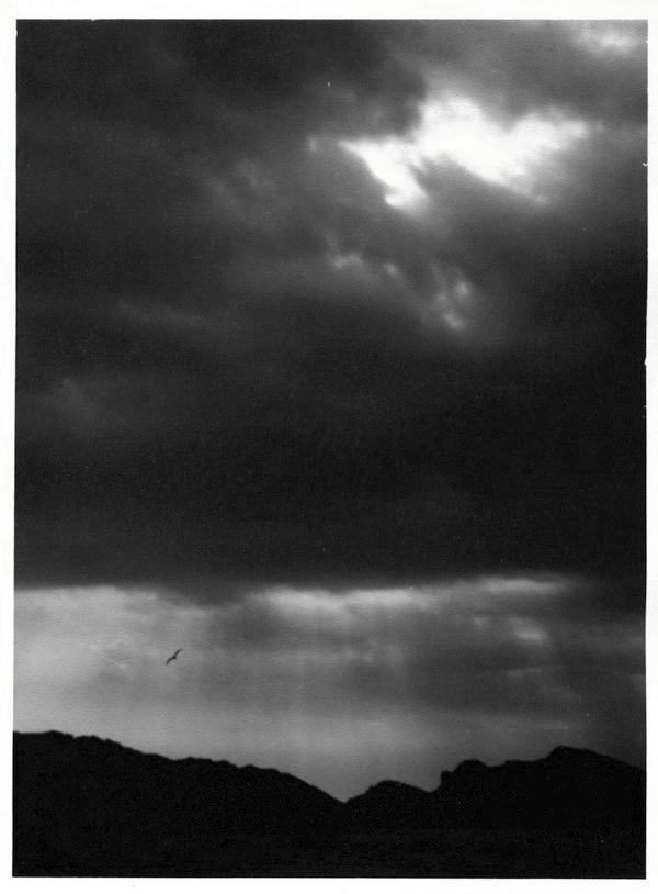 ciel de nuages sombres avec une trouée de lumière